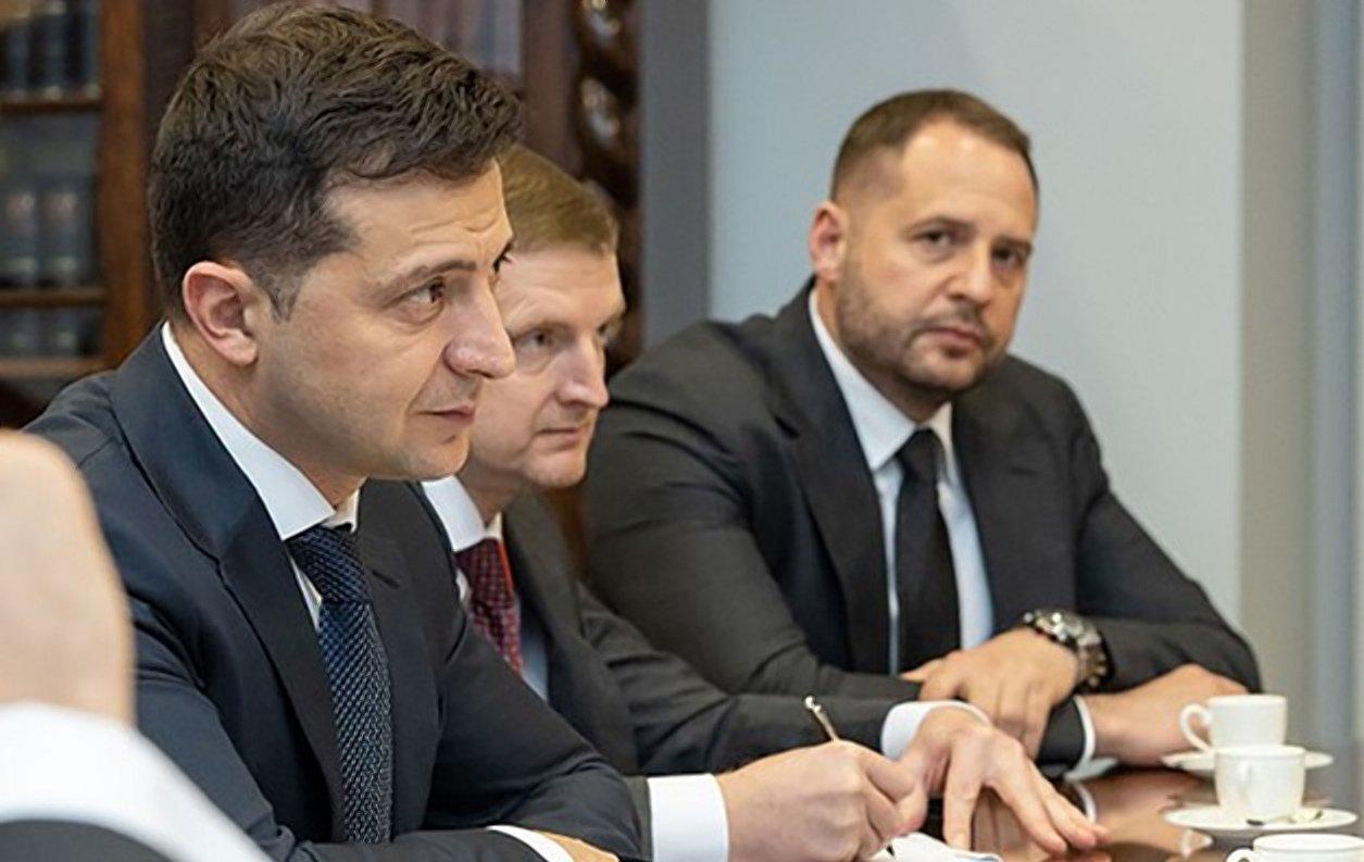Глава государства и Андрей Ермак (крайний справа)